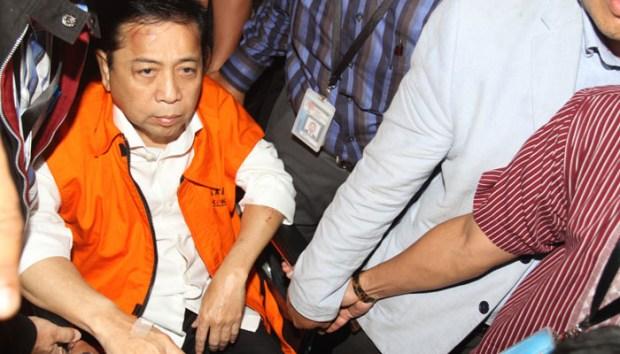 Setya Novanto berkursi roda menuju KPK. Ketua DPR RI ini mengenakan rompi Orange tahanan KPK.
