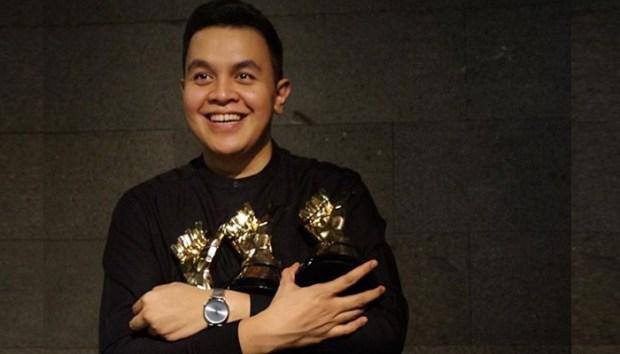 Penyanyi, Tulus menerima 4 penghargaan pada acara Anugerah Musik Indonesia (AMI) Award 2017.