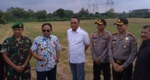 Wakapolri Komjen Syafrudin bersama Prof. Komaruddin Hidayat meninjau lokasi pembangunan kampus UIII di Cimanggis, Kota Depok.