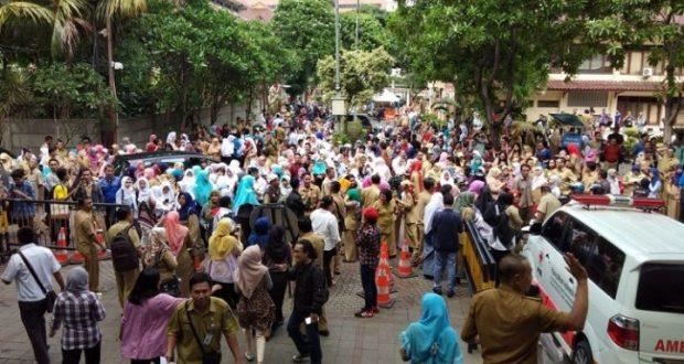 ASN Kota Depok pada berhamburan ke luar gedung Balaikota Depok akibat gempa.