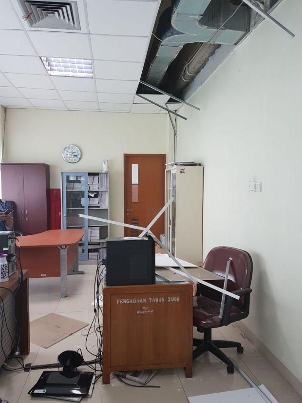 Guncangan gempa merusak beberapa bagian di Kantor Walikota Depok.