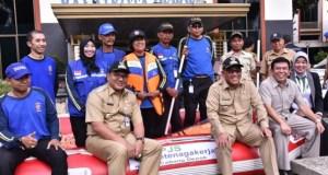 BPJS TK menyerahkan perahu karet dan life jacket ke Pemkot Depok.