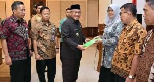 Sebanyak 85 orang Kepala UPTD SD dan SMP Negeri di Depok dimutasi dan dilantik . Walikota Depok Mohammad Idris menyerahkan SK kepada kepala UPTD.