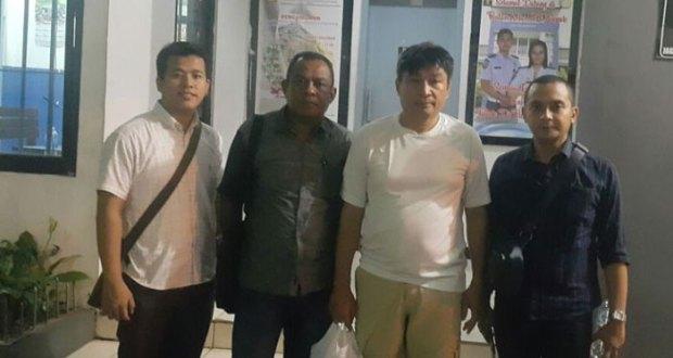 Samuel, Dirut PDAM Ende (baju kaos, tengah) ditangkap di Cinere, Depok.