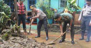 Kapolresta Depok bersama Dandim gotong royong membersihkan sisa banjir.