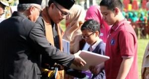 Pada HUT ke-19, Walikota Depok bersama Wakil Walikota Depok memberikan penghargaan kepada duta-duta Kota Depok.