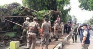 Satpol PP menertibkan bangunan liar di Jalan Nusantara.