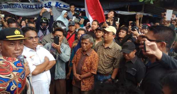 Polisi mengumumkan ditundanya eksekusi Pasar Kemirimuka.