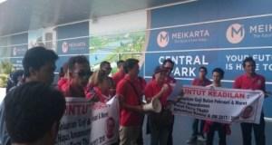 Ratusan karyawan Meikarta unjuk rasa karena 3 bulan mereka belum terima gaji.