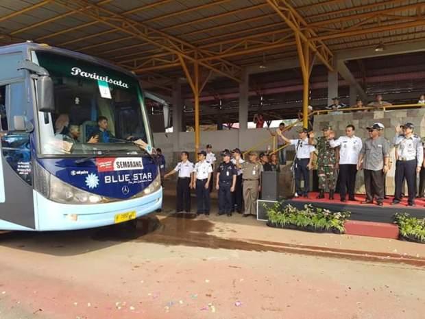 Walikota Depok Mohammad Idris melepaa rombongan mudik gratis dari Depok.