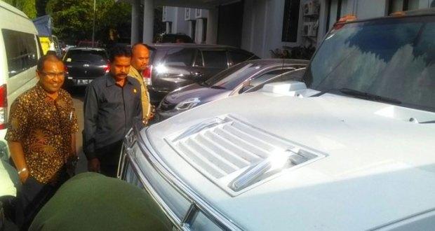 Salah satu mobil mewah yang kemudian dipinjam pakai pemiliknya. Kajari Depok Sufari ketika melihat mobil itu.