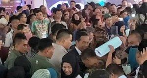 Jokowi ketika menyerahkan 4.000 sertifikat di Kota Depok.