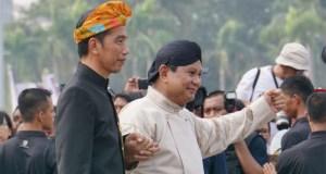 Jokowi dan Prabowo bergandengan tangan saat kampanye damai di Monas.