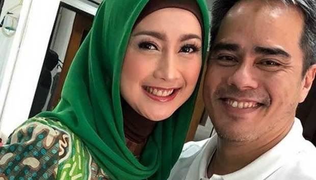 Penyanyi cantik asal Sukabumi Desy Ratnasari memamerkan gandengan barunya, Adrian, seorang pilot.