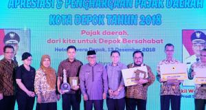 Walikota Depok berfoto bersama sebagian penerima penghargaan pajak Tahun 2018.