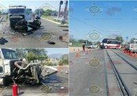Tren impacta tráiler con material de construcción en Coquimatlán