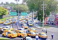 Reciben a taxistas manifestantes en Casa de Gobierno