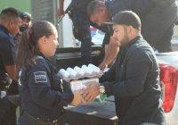 Beneficia Salvador Bueno a policías de Armería con alimentos de la canasta básica