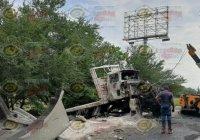Trailer choca contra barra de contención y un poste de luz a la altura del Arco Sur, en la ciudad de Colima