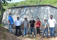 El alcalde Lupe Benavides entrega tanque de almacenamiento de agua en Agua Zarca, Coquimatlán