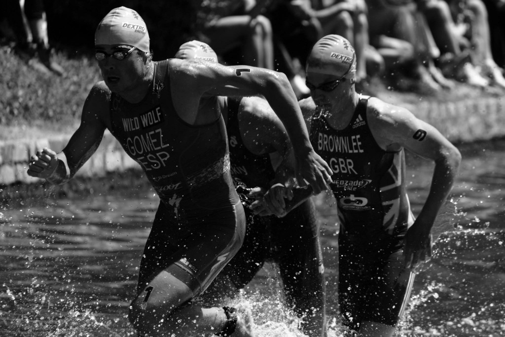 Javier Gómez Noya y Jonathan Brownlee, plata y bronce olímpicos, saliendo del agua.