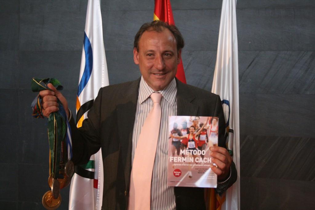 Fermín Cacho en la presentación del libro con las medallas conseguidas en los grandes campeonatos.