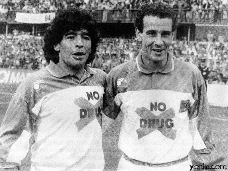 Curiosamenrte Julio Alberto y Maradona jugaron partidos en contra de la droga.