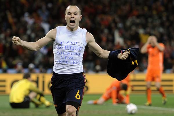 ¿Terminarán en Brasil las dedicatorias personales de los goles como la de Iniesta en la final de 2010?
