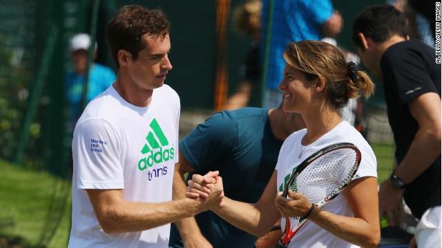 El gran jugador escocés Andy Murray es actualmente entrenado por la ex jugadora francesa Amelie Mauresmo.