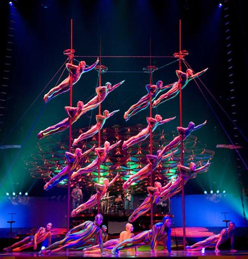 Las actuaciones sobre barra son muy frecuentes en los espectáculos de circo contemporáneos.