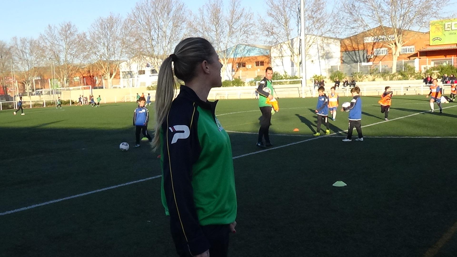 Isabel cree que la combinación del tacto femenino y la mano dura es positiva en la formación de futbolistas.