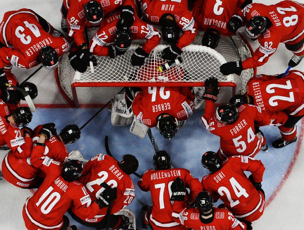 Los jugadores de Suiza rodean a su portero antes del inicio del partido contra Canadá en el campeonato del mundo de hockey sobre hielo celebrado en Helsinki. Vía @el_pais