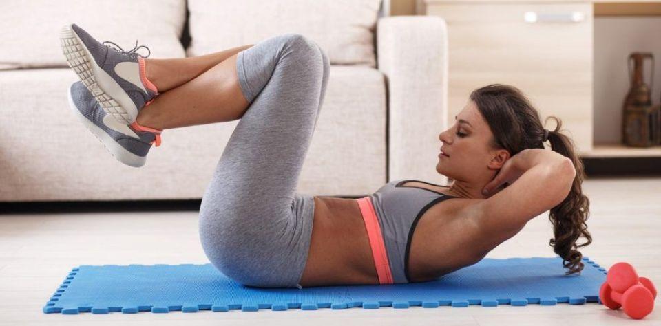 Programa una rutina de ejercicios indoor para mantenerte activo trabajando desde casa