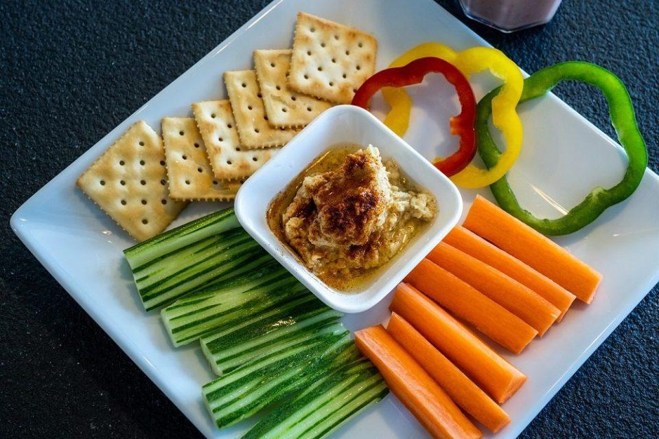 Hummus con verduras para servir en una barbacoa saludable