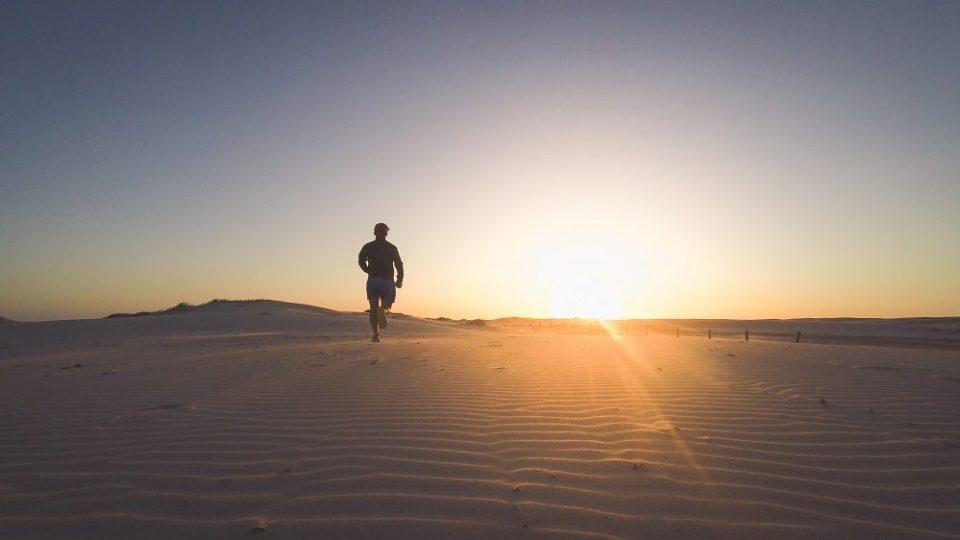 Correr en la arena tiene numerosos beneficios