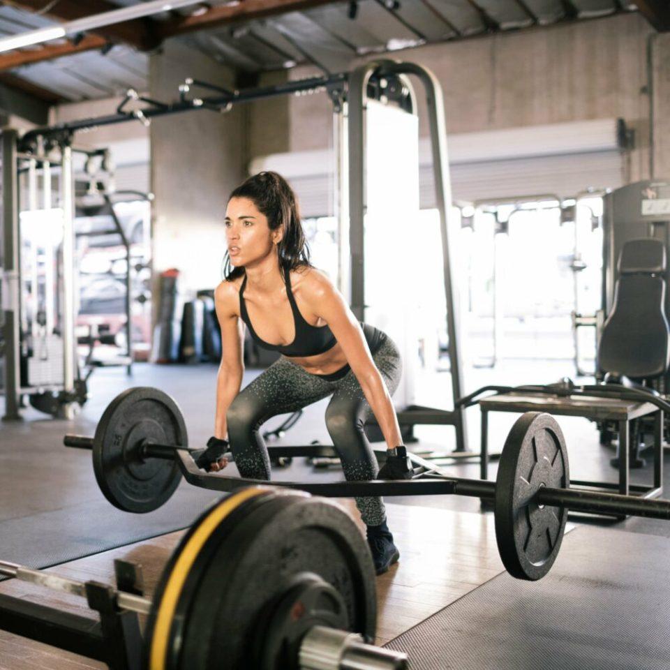 Levantamiento pesas en entrenamiento metabólico