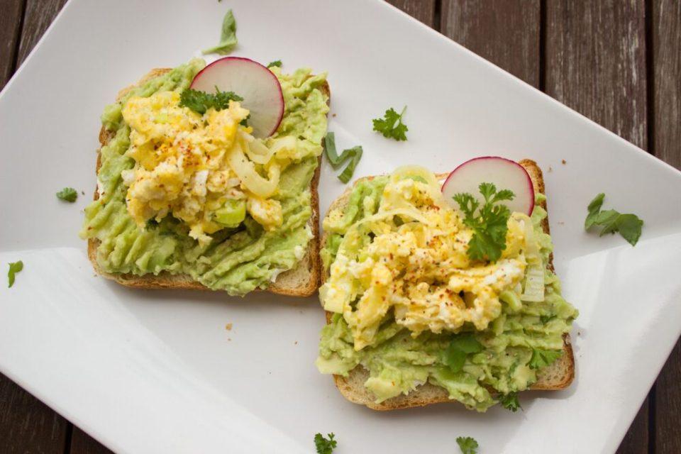 sandwich de huevo y aguacate