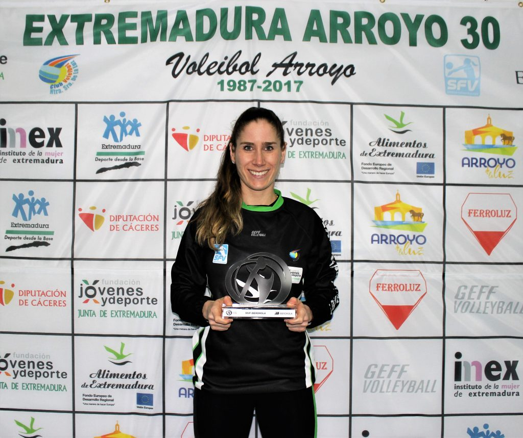 Beatrix Meléndez-Pál, con el trofeo que la acredita con la MVP de la jornada 18