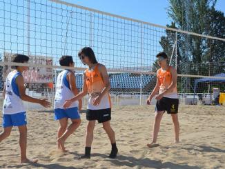 los infantiles Alberto y Mario e naranja Voley Playa en La Albuera