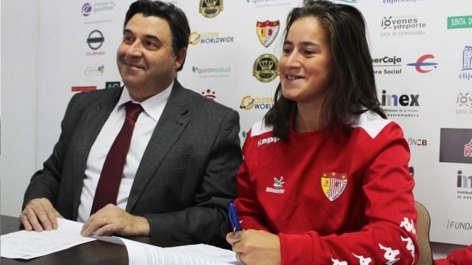 Presentación oficial de Yamila Rodríguez con el Santa Teresa Badajoz