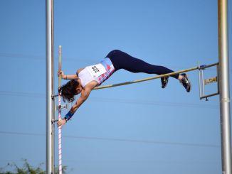 Minerva Caamaño logra el récord del club en salto con pértiga