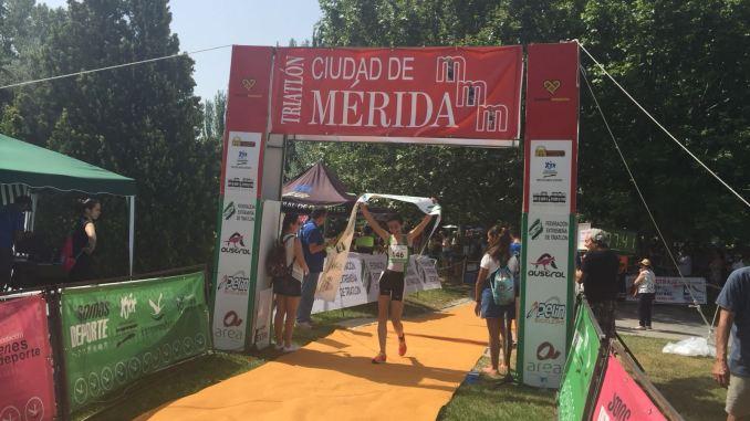 Javier Barragán e Irene Cascajosa gana el VIII Triatlón Ciudad de Mérida