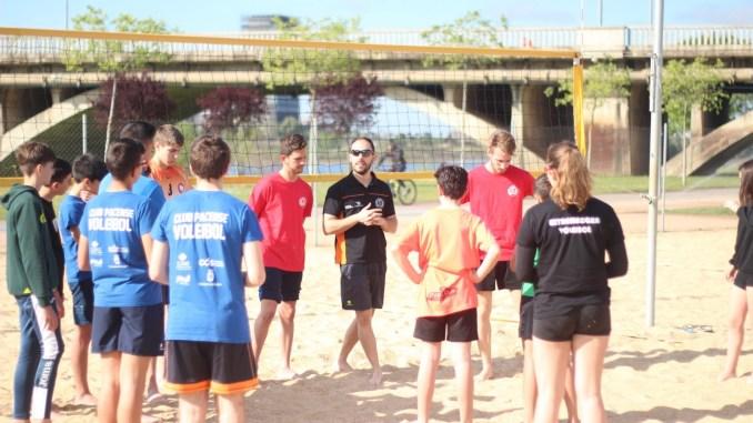 Más de 60 niños y niñas ya disfrutan del voleibol en Semana Santa en Badajoz