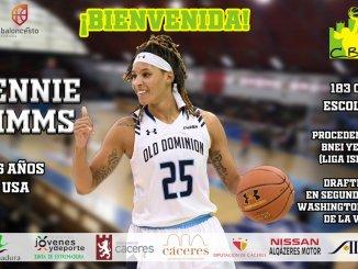 Jennie Simms firma con el Nissan Al-Qázeres Extremadura