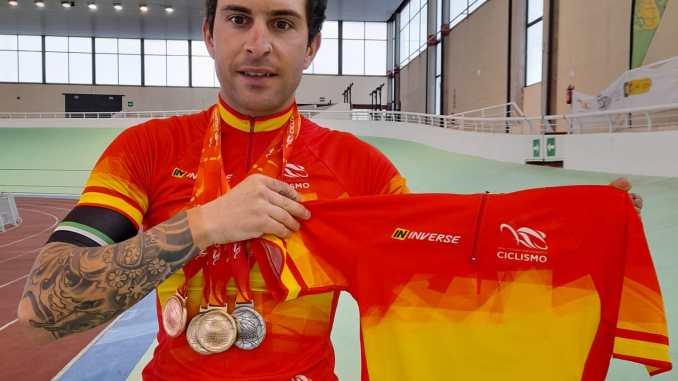 Ruben Tanco posa con sus medallas