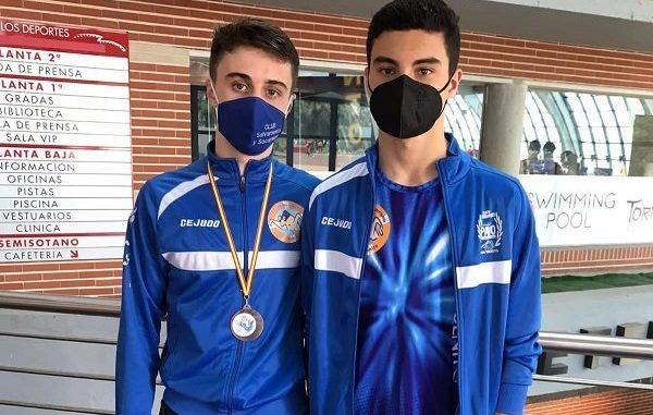 Joel y Carlos con medalla