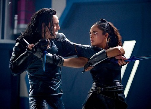 Loki aparece enfrentando a Valquíria em uma nova foto de Thor: Ragnarok