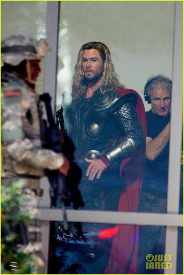 Novas imagens do set de gravações de Vingadores 4 mostram Homem de Ferro, Thor e Loki em possível flashback!