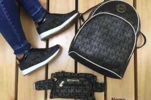 Zapatos lindos de moda en trio negros