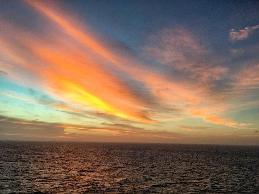 Atardecer frente a la costa de Borneo